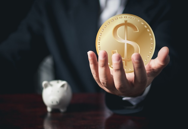 Geschäftsmann hand hält uns münze digitales geld und bitcoin konzept kryptowährung goldene münze