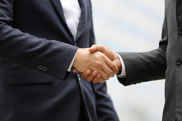 Geschäftsmann hand schütteln