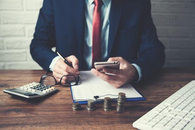 Geschäftsmann hand smartphone und dokument