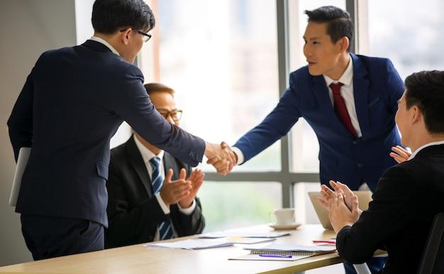Geschäftsmann handschlag in der besprechung