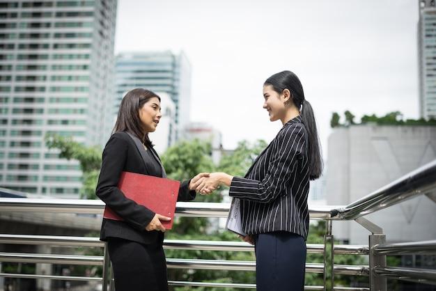 Geschäftsmann handshake mit workmate, handshake geschäftspartner arbeit beschäftigen sich zusammen.