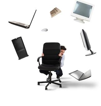 Geschäftsmann hat angst vor computern und technologie