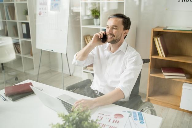Geschäftsmann hat ein gespräch am telefon