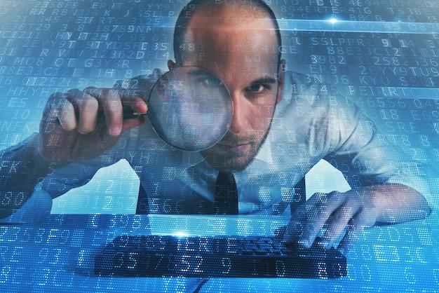 Geschäftsmann hat einen illegalen zugriff auf einen computer durch eine hintertür gefunden