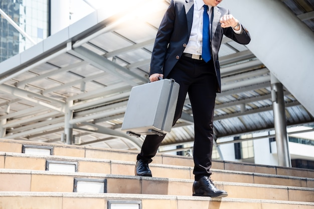 Geschäftsmann hat wichtiges termingeschäft, aber kerl kann zum bestimmungsort nicht rechtzeitig gehen