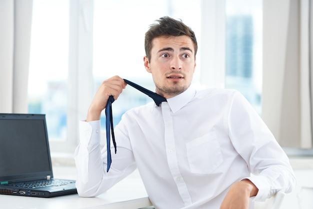 Geschäftsmann hemd krawatte büro dokumente executive