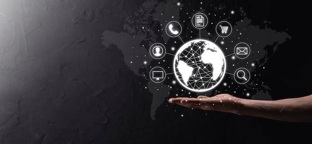 Geschäftsmann hiold, gebrauch, presseinfografik-symbol der community-technologie digital.konzept von high-tech und big data. globale verbindung.iot internet of things . ikt-informationskommunikationsnetzwerk .