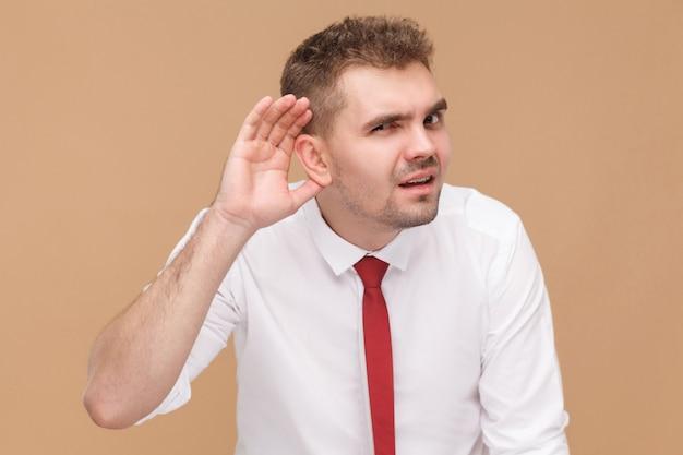Geschäftsmann hört sie nicht. geschäftsleute konzept, gute und schlechte emotionen und gefühle. studioaufnahme, isoliert auf hellbraunem hintergrund