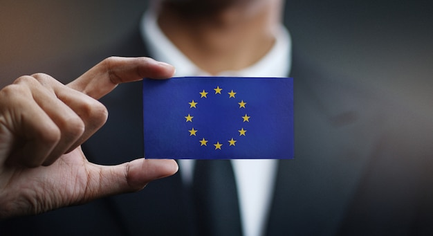 Geschäftsmann holding card der europäischen flagge