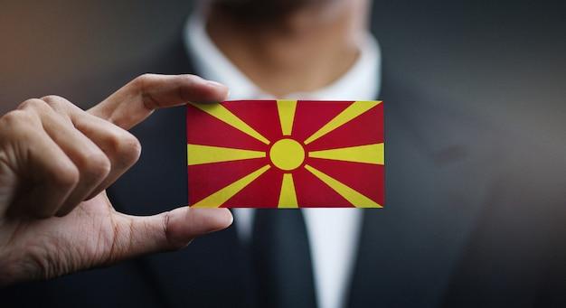 Geschäftsmann holding card der flagge der republik mazedonien