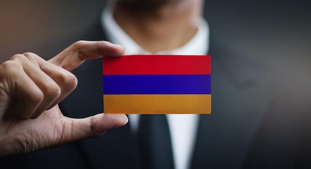Geschäftsmann holding card von armenien flagge