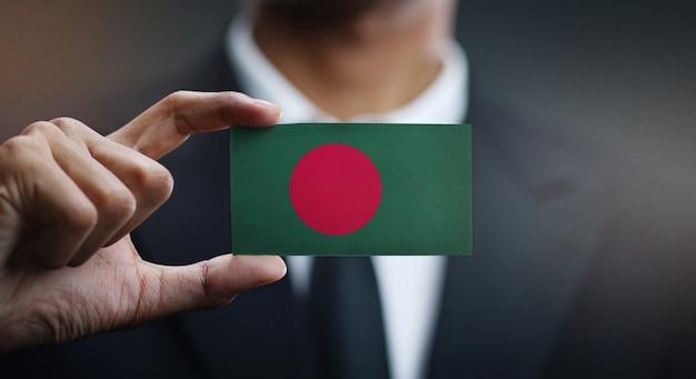 Geschäftsmann holding card von bangladesch flagge