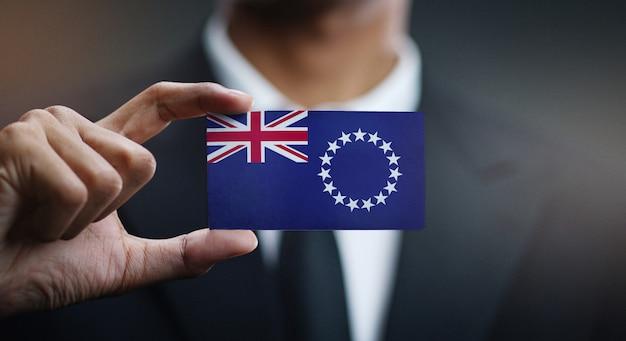 Geschäftsmann holding card von cook islands flag
