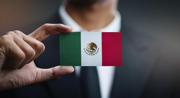Geschäftsmann holding card von mexiko flagge