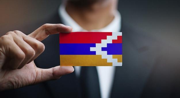 Geschäftsmann holding card von nagorno-karabakh republik flagge