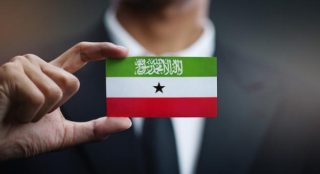 Geschäftsmann holding card von somaliland flagge