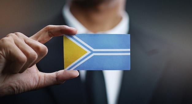 Geschäftsmann holding card von tuwa-flagge