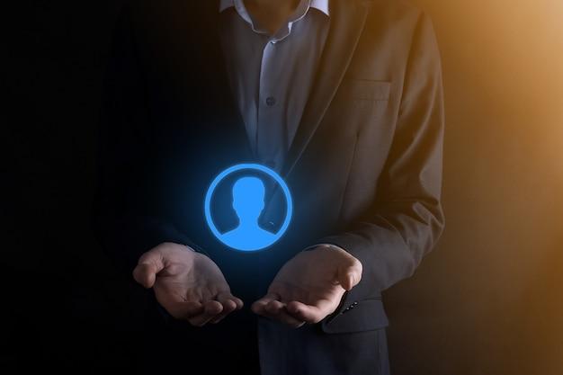 Geschäftsmann im anzug, der handsymbol des benutzers heraushält. vordergrund der internet-symbole. globales netzwerkmedienkonzept, kontakt auf virtuellen bildschirmen, kopierraum.