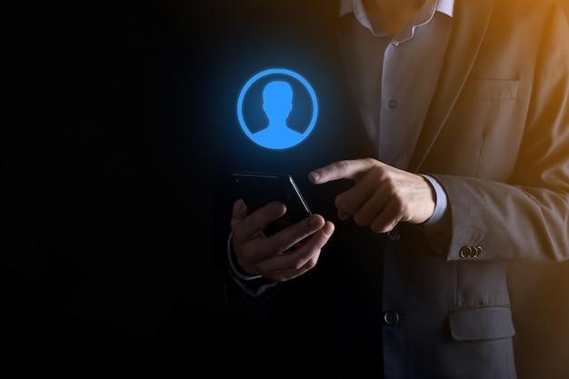 Geschäftsmann im anzug, der handsymbol des benutzers heraushält. vordergrund der internet-symbole