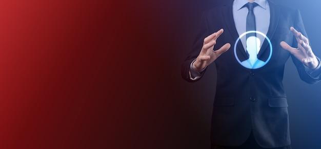 Geschäftsmann im anzug, der handsymbol des benutzers heraushält