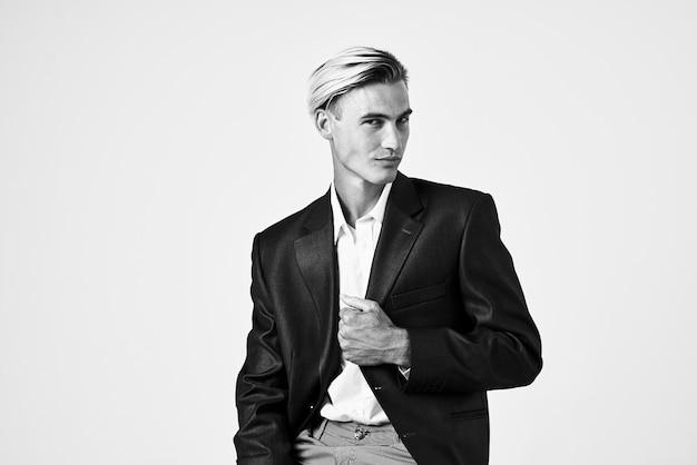 Geschäftsmann im anzug, der modefrisurlebensstil aufwirft. foto in hoher qualität