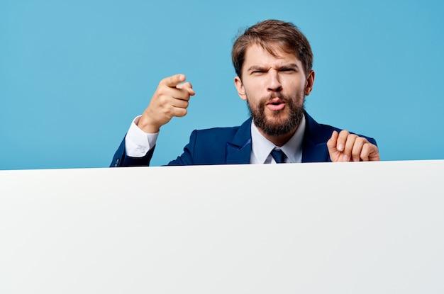Geschäftsmann im anzug gestikuliert mit händen banner mocap präsentation blau.