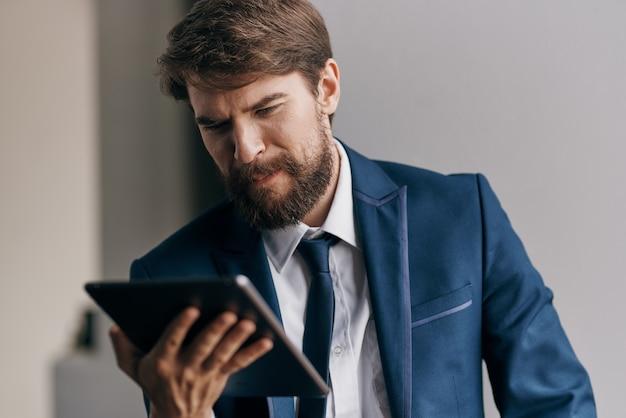 Geschäftsmann im anzug mit einem tablet in den händen eines technologiemanagers