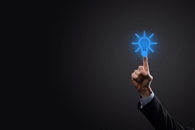 Geschäftsmann im anzug mit einer glühbirne in den händen