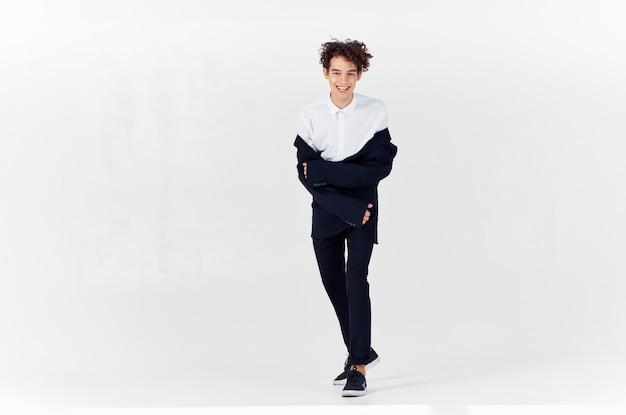Geschäftsmann im anzug schwarzer blazer mode moderner stil in voller länge