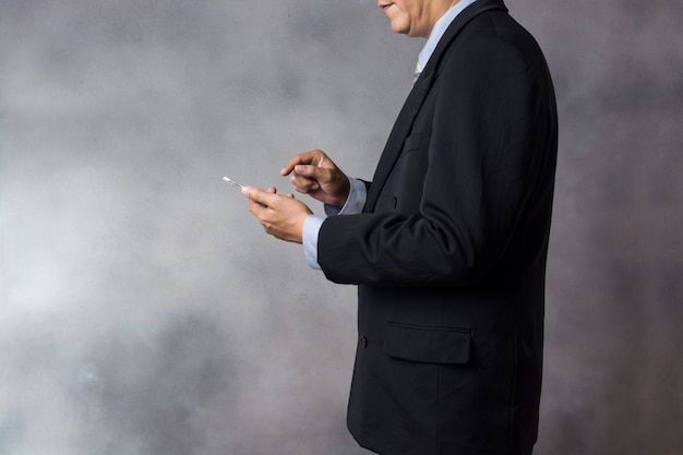 Geschäftsmann im anzug verwenden wireless digital tablet device