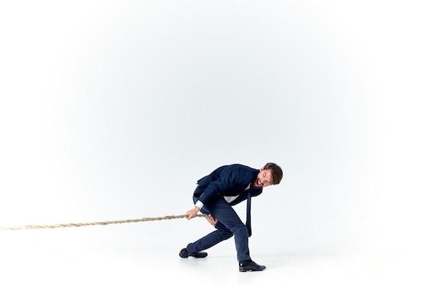 Geschäftsmann im anzug zieht das seil emotionen studio rope