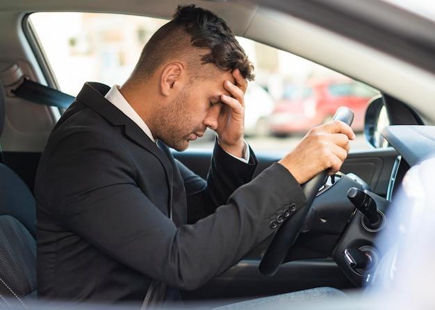 Geschäftsmann im auto wird verärgert