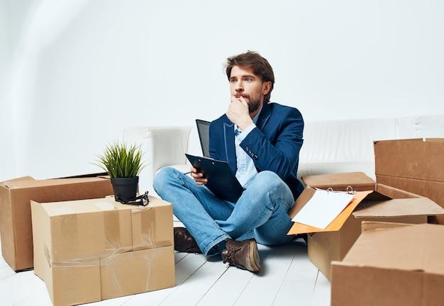 Geschäftsmann im büro beim auspacken von sachen