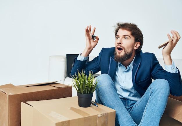 Geschäftsmann im büro beim packen von sachen entlassung umziehen