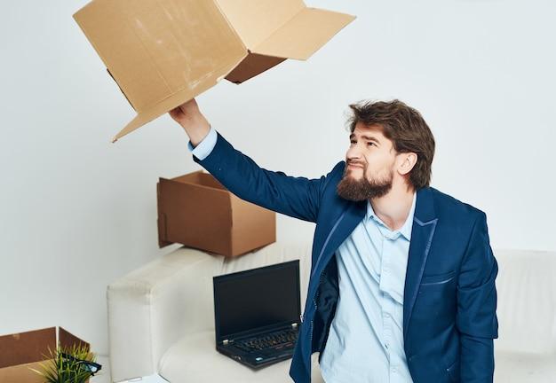 Geschäftsmann im büro, das dinge auspackt, arbeiten manager. foto in hoher qualität