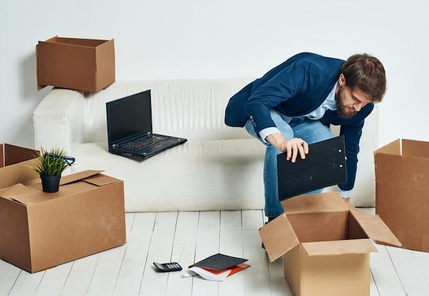 Geschäftsmann im büro, der dinge auspackt, arbeiten manager