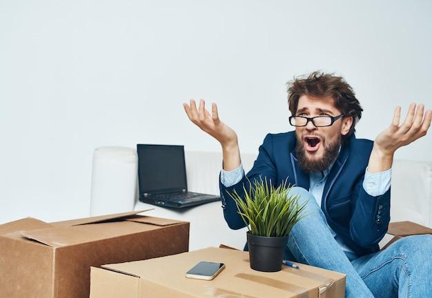 Geschäftsmann im büro, der sachen neuen arbeitsplatz verpackt
