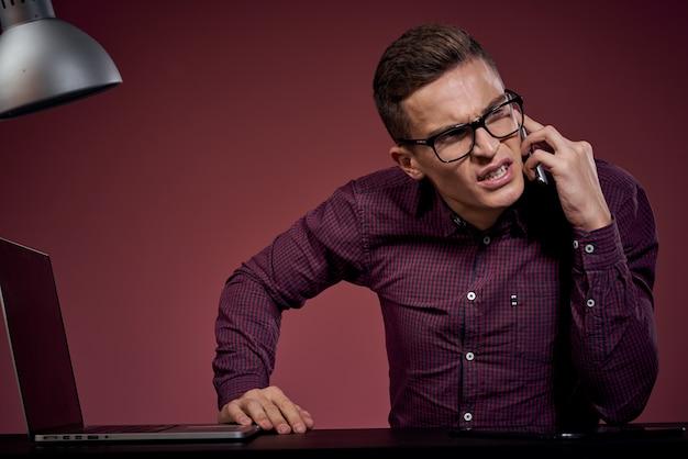 Geschäftsmann im büro und am telefonmanager sprechend