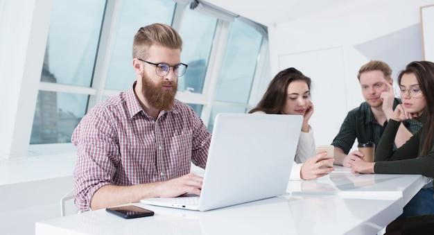 Geschäftsmann im büro verbunden auf internet-netzwerk mit einem computer. konzept der startup-firma