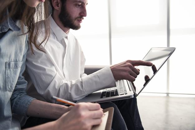 Geschäftsmann im büro verbunden auf internet-netzwerk mit einem computer