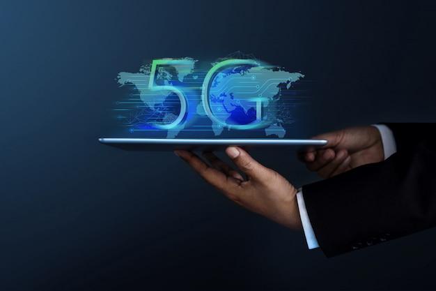 Geschäftsmann im gesellschaftsanzug, der ein digital-tablet hält