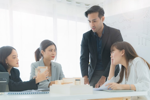 Geschäftsmann im gespräch mit ingenieuren und architekten für neues design im tagungsraum mit designkonzept