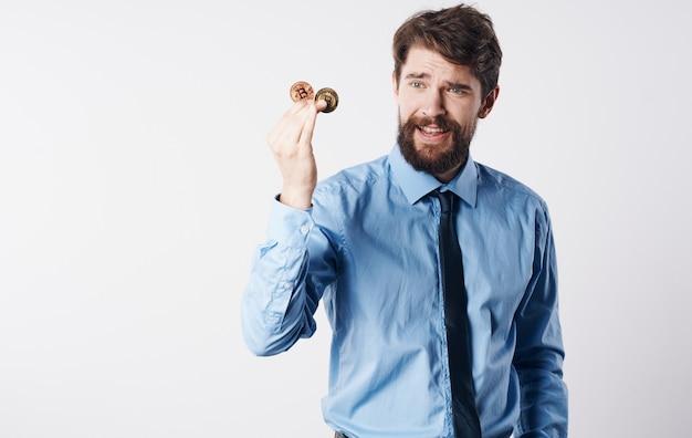 Geschäftsmann im hemd mit der elektronischen geldbörse der krawattenfinanzinnovationstechnologie. hochwertiges foto