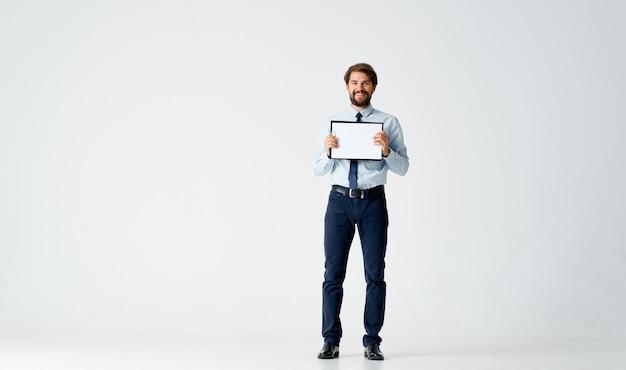 Geschäftsmann im hemd mit krawatte büroberufsarbeit