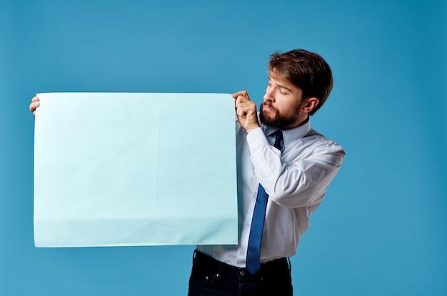 Geschäftsmann im hemd mit krawatte, die werbemarketing hält.