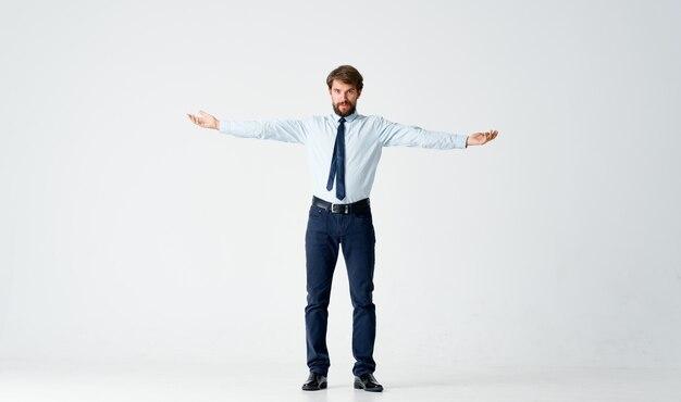 Geschäftsmann im hemd mit krawatte emotionen gesten mit händen hellen hintergrund. foto in hoher qualität