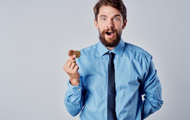 Geschäftsmann im hemd mit krawatte finanzinternettechnologie elektronisches geld