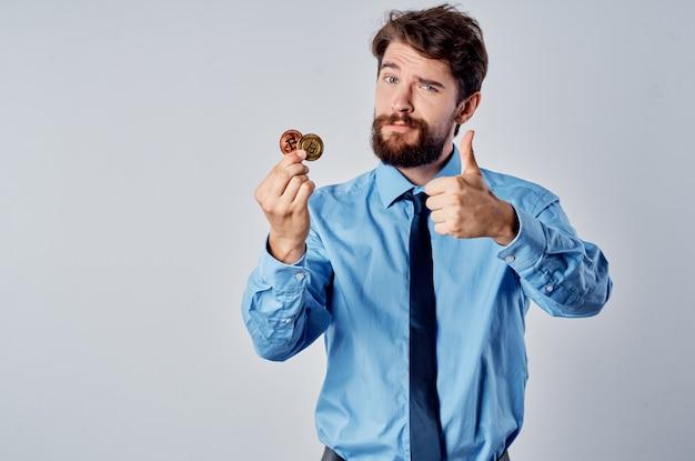 Geschäftsmann im hemd mit krawatte kryptowährung wirtschaftsfinanzierung bargeld