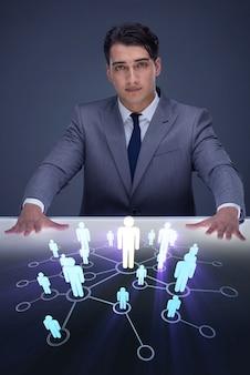Geschäftsmann im konzept der sozialen netzwerke