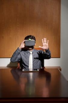 Geschäftsmann im kopfhörer der virtuellen realität